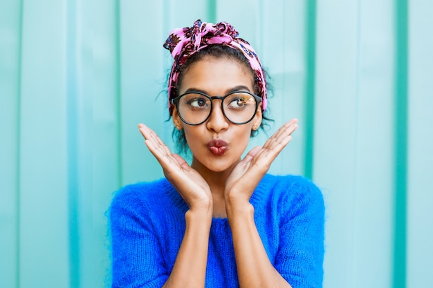 Élégant portrait émotionnel multicolore par jolie femme noire hipster