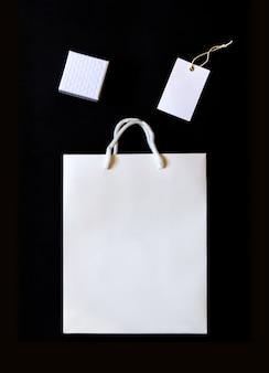 Élégant shopping noir et blanc avec sac en papier, boîte et étiquette