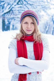 Élégante belle fille en hiver dans un parc sur le fond de la nature