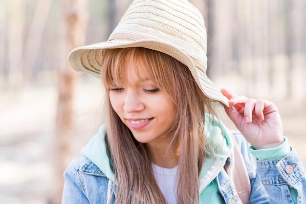 Élégante belle jeune femme portant chapeau