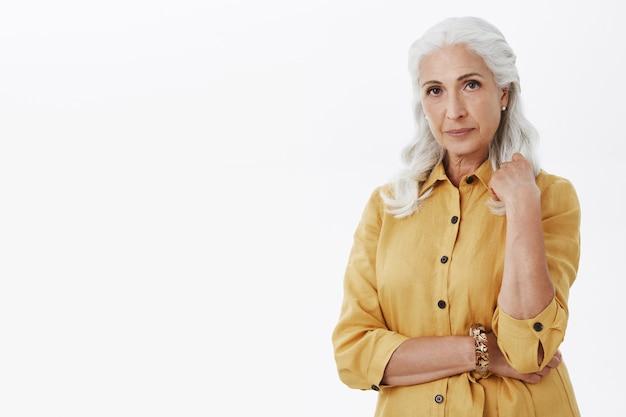 Élégante belle vieille femme à la recherche