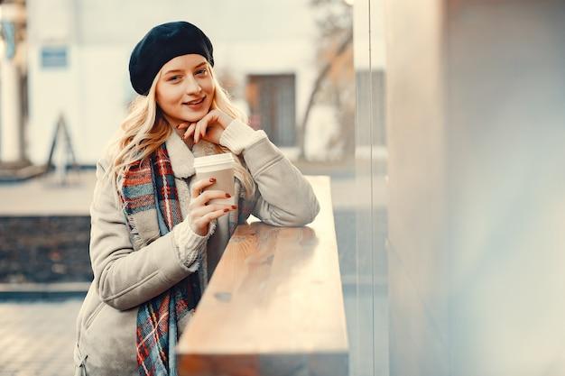 Élégante blonde mignonne dans une ville d'automne