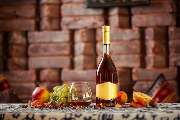 Élégante bouteille de cognac aux fruits