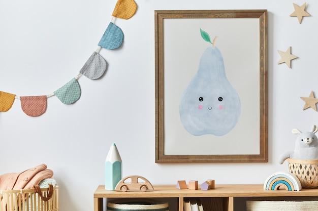 Élégante chambre de bébé nouveau-né scandinave avec cadre en bois marron, jouets, animaux en peluche et accessoires pour enfants. décoration cosy et drapeaux en coton suspendus sur le mur blanc.