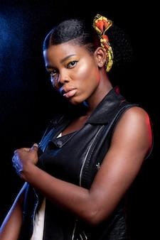 Élégante femme africaine posant
