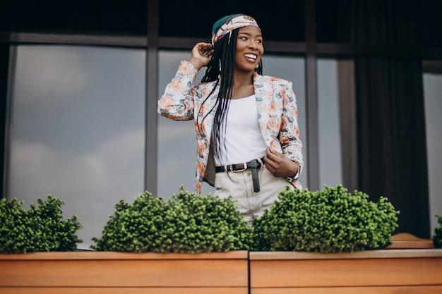 Élégante femme afro-américaine au café