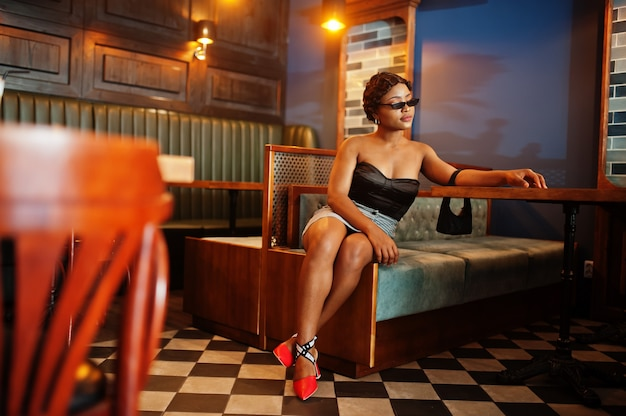 Élégante femme afro-américaine dans un bar