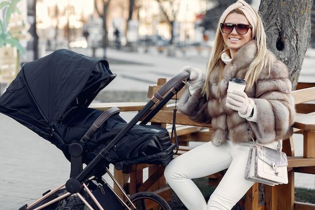 Élégante femme assise dans une ville avec chariot