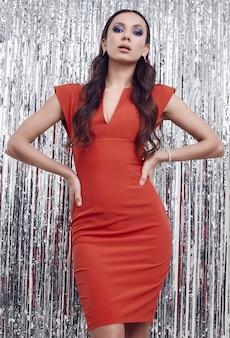 Élégante femme brune hispanique en robe rouge luxueuse