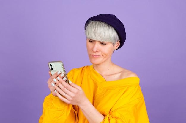 Élégante femme européenne sur mur violet