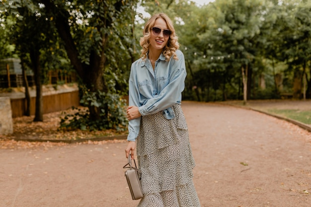 Élégante femme marchant dans le parc