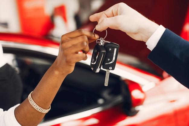 Élégante femme noire dans un salon de l'automobile