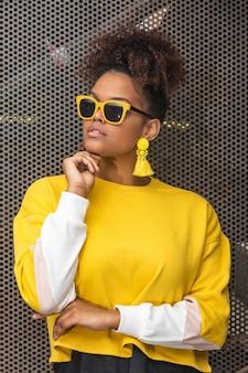 Élégante femme noire en tenue jaune