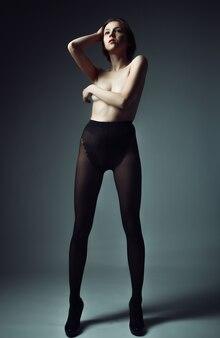 Élégante femme nue aux cheveux blonds courts. portrait en studio.