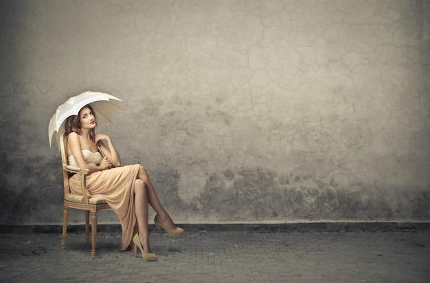 Élégante femme de style vintage