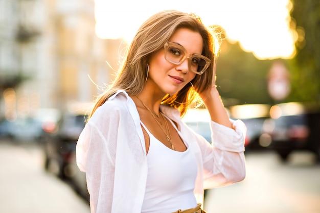 Élégante femme tendance sensuelle portant une tenue tendance classique moderne