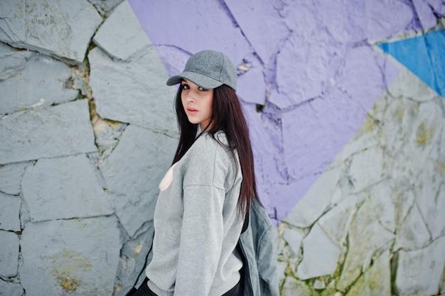Élégante fille brune à casquette grise
