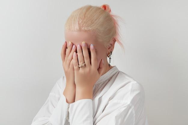 Élégante jeune femme blonde adulte en chemise rétro sur fond blanc