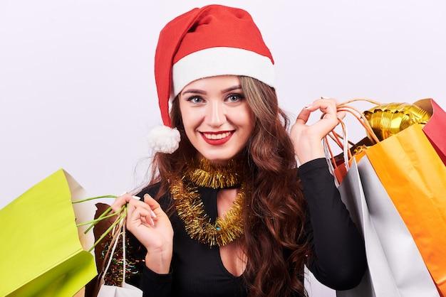 Élégante jeune femme brune avec des sacs colorés