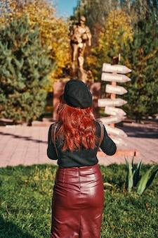 Élégante jeune femme dans le parc aux beaux jours