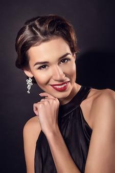 Élégante jeune femme en lingerie noire posant au studio.