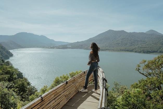 Élégante jeune femme prenant une photo pour les médias sociaux dans la nature