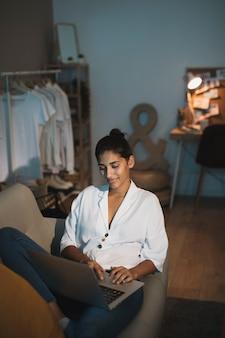 Élégante jeune femme travaillant sur un ordinateur portable