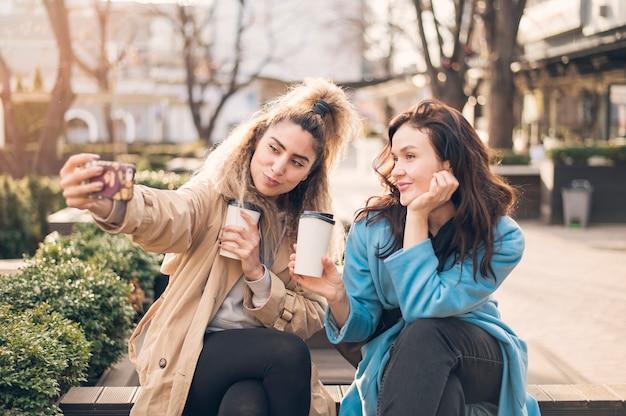 Élégante jeune fille parler ensemble des photos