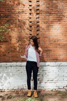 Élégante jeune fille vérifiant une carte