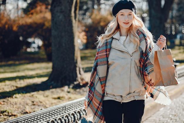 Elégante jolie blonde marchant dans une ville