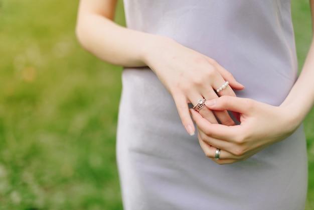 Élégante main mince d'une fille avec des anneaux