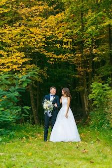 Élégante mariée frisée et marié élégant
