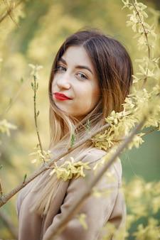 Élégante petite fille dans un parc de printemps