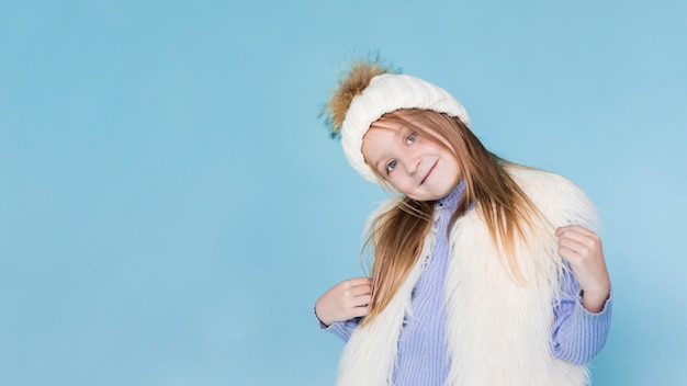Élégante petite fille posant la mode