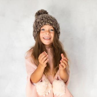Élégante petite fille regardant photographe