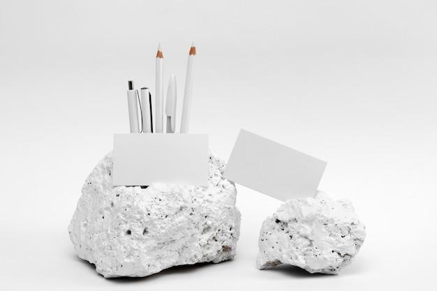 Élégante pièce de pierre blanche minimaliste avec papeterie