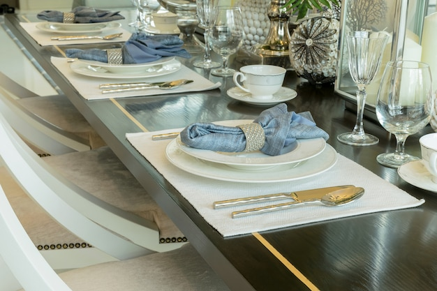 Élégante table dressée à l'intérieur d'une salle à manger de style classique