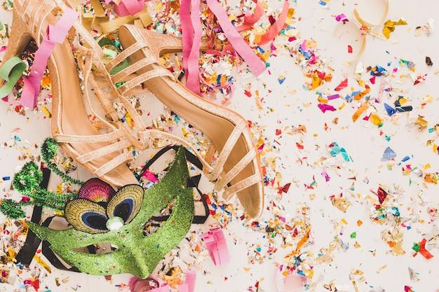 Élégante tenue de mascarade féminine sur paillettes