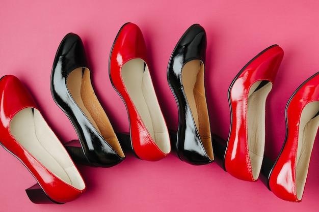 Élégantes chaussures de printemps ou d'automne pour femmes aux couleurs rouges. concept de beauté et de mode. mise à plat, vue de dessus
