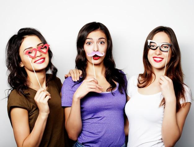 Élégantes filles sexy hipster meilleurs amis prêts pour la fête.