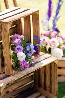 Élément décoratif de boîtes en bois et de fleurs fraîches. détails décoration de fête