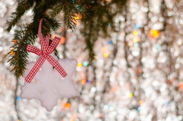 Élément de flocon de neige de décoration de noël et branche d'épinette sur mousseux. fond