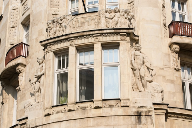 Élément d'un immeuble ancien avec une fenêtre et des balcons