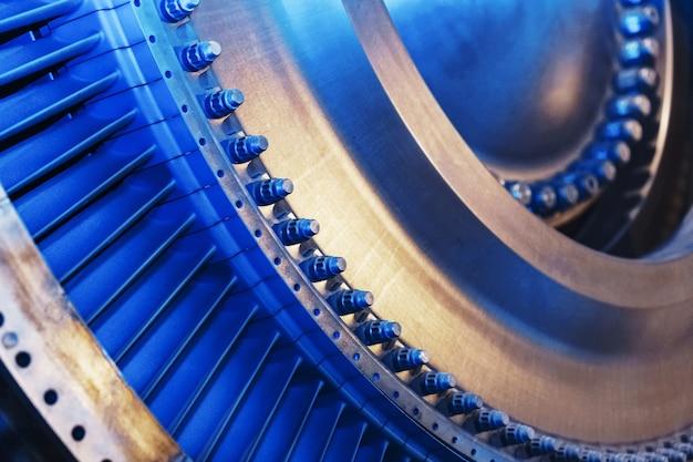 Élément structurel d'une turbine à gaz avec pales pour l'aviation et la production d'électricité