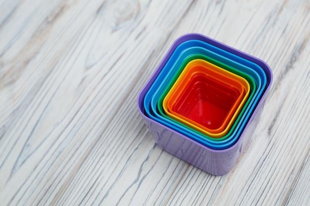 Éléments abstraits multicolores sur un fond en bois