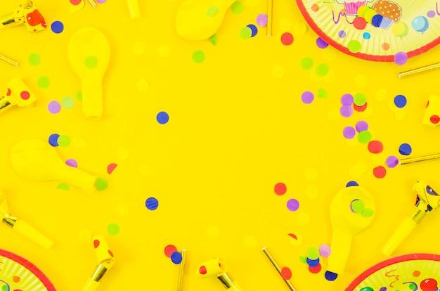 Éléments d'anniversaire décoratifs colorés