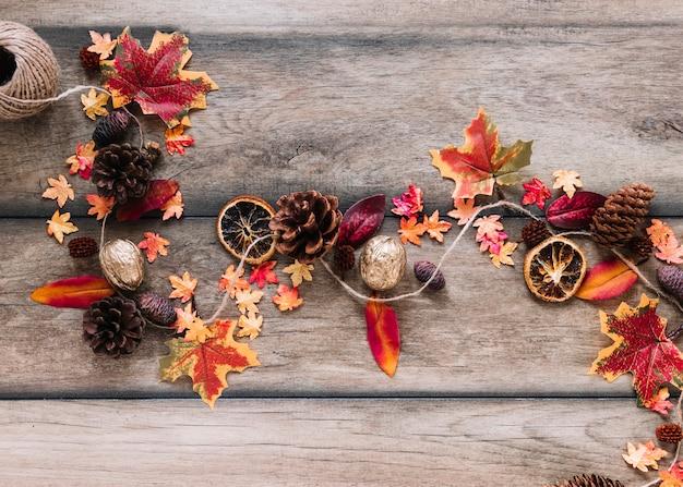 Éléments d'automne couché tordu