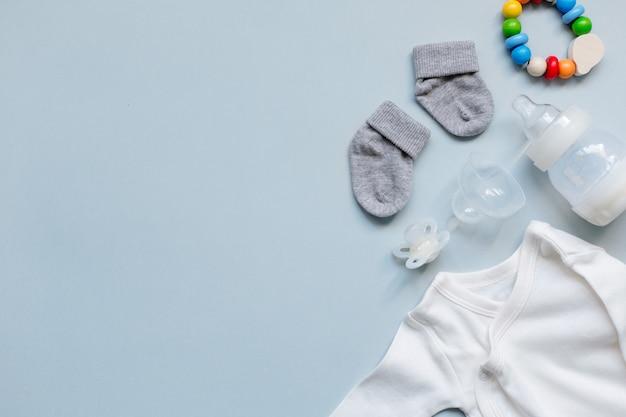 Éléments de bébé sur fond bleu clair