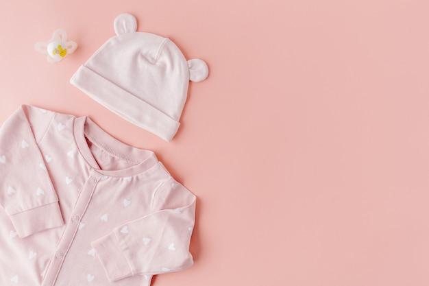 Éléments bébé sur rose