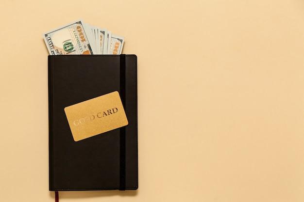 Éléments de concept d'entreprise sur le journal de la table, dollars, carte d'or, sur fond beige. les bitcoins sont une monnaie numérique, le marché mondial du commerce et de l'échange d'argent.